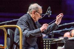 Morricone dirige la orquesta en el BEC de Barakaldo.