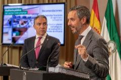 Juan Bravo, consejero de Hacienda, y Elías Bendodo, consejero de Presidencia, durante la presentación de las auditorías a las agencias públicas.