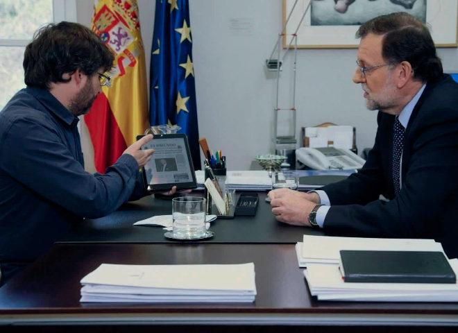 Évole le enseña a Rajoy los SMS de apoyo a Bárcenas publicados en EL MUNDO, en La Moncloa.