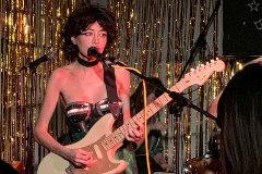 Tras intentarlo en solitario, Dufour ahora actúa en una banda, Deep Tan, compuesta sólo por mujeres.