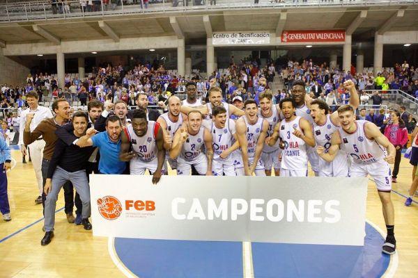 El equipo celebra el ascenso tras su victoria, este sábado en Alicante.