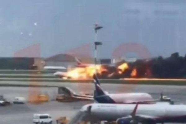 41 muertos tras arder un avión en Moscú por un rayo
