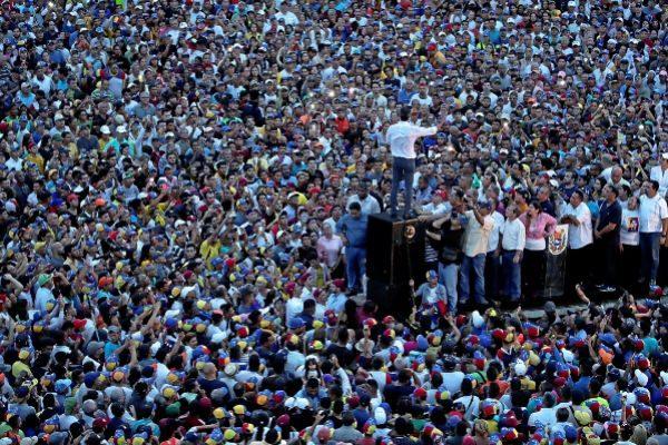 El presidente encargado de Venezuela, Juan Guaidó, interviene en una concentración en Maracaibo.