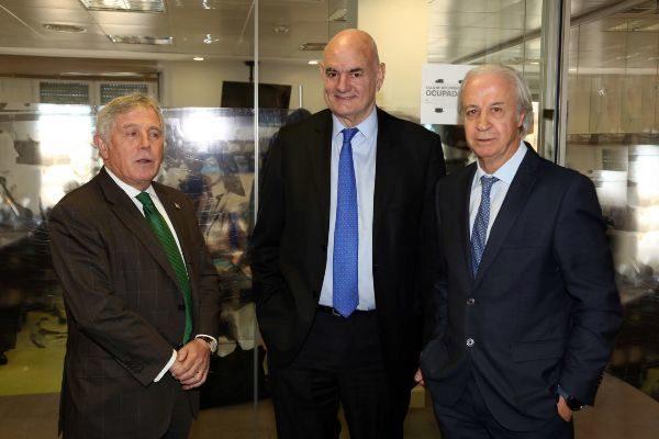 De izquierda a derecha, Enric Crous, Ramon Masià y Carles Tusquets en la sede de Unidad Editorial en Barcelona.
