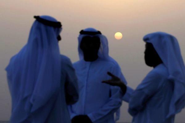 Un grupo de hombres conversa en Emiratos Árabes Unidos.