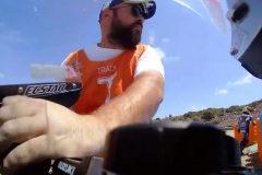 Cazan a un comisario robando una pieza de la moto de Rins