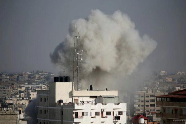Una nube de humo tras en Gaza tras la respuesta israelí.