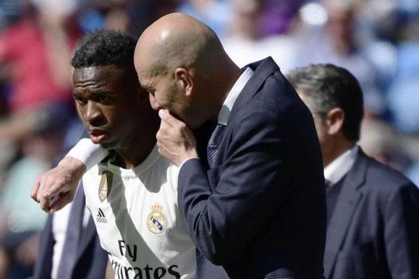 Zidane da instrucciones a Vinicius antes de saltar al césped.