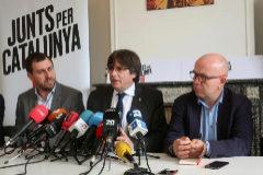 El ex consejero catalán Antoni Comín (i), el expresidente de Cataluña Carles Puigdemont (c), y el abogado Gonzalo Boye (d), durante la rueda de prensa ofrecida en Bruselas.
