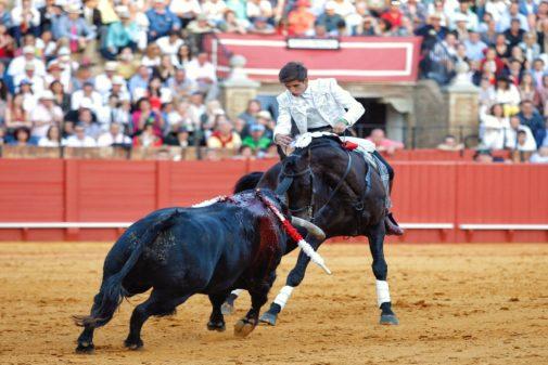 Guillermo Hermoso de Mendoza torea enfrontilado sobre 'Disparate' durante la faena que le valió una oreja.