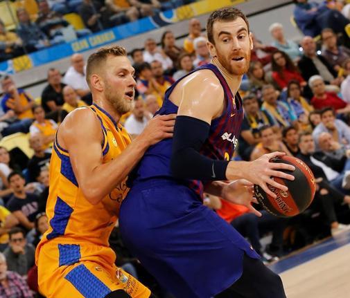 Claver, defendido por Vene, durante el partido en Gran Canaria.