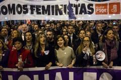 El consultor tenía claro cuál tenía que ser el primer acto de campaña para captar a ese público femenino: la manifestación del 8-M. Tiñó de morado todos los canales de comunicación del Gobierno, invirtió en redes sociales y desplegó en la marcha a las mujeres más carismáticas del PSOE.