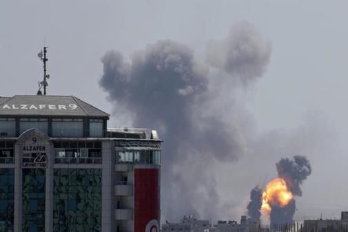 Columnas de humo en la ciudad de Gaza en el ataque aéreo israeli sobre el enclave palestino