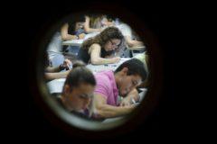 Estudiantes realizando un examen en un aula de la Universitat de València en el campus de Tarongers.