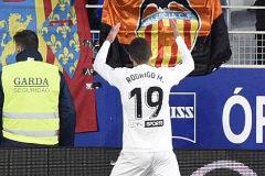 Goleada del Valencia que envía al Huesca a Segunda (2-6)