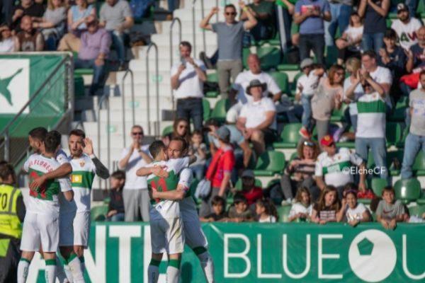 Los jugadores celebran el gol de la permanencia.