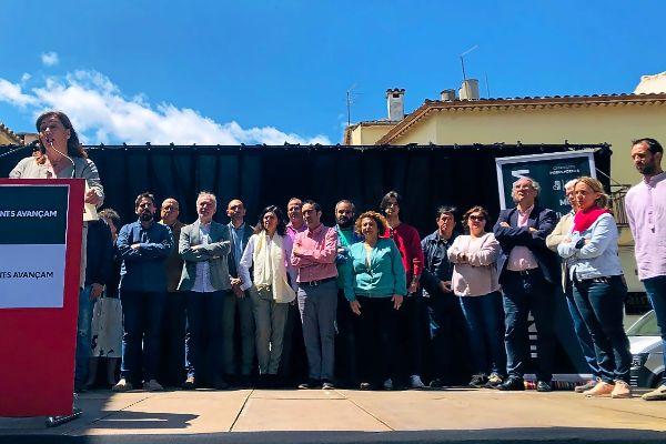 La candidata del PSIBal Govern, Francina Armengol, junto a los candidatos de la coalición de Pollença Junts Avançam.
