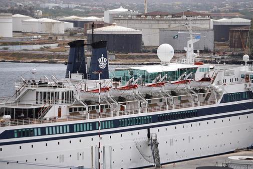 El 'Freewinds' de la Iglesia de la Cienciología atracado por cuarentena por un brote de sarampión en el puerto de Willemstad, Curaçao.