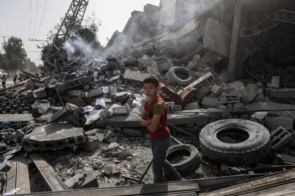 Un niño palestino frente a las ruinas de un edificio alcanzado por los aviones israelíes en Gaza.