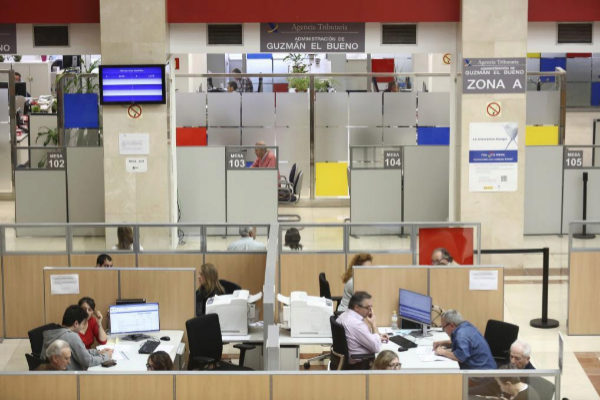 Contribuyentes hacen la declaración en una Administración de Hacienda