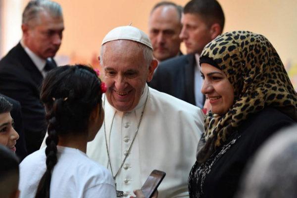 El Papa Francisco saluda a dos refugiadas en su visita a las instalaciones de Vrazhdebna.