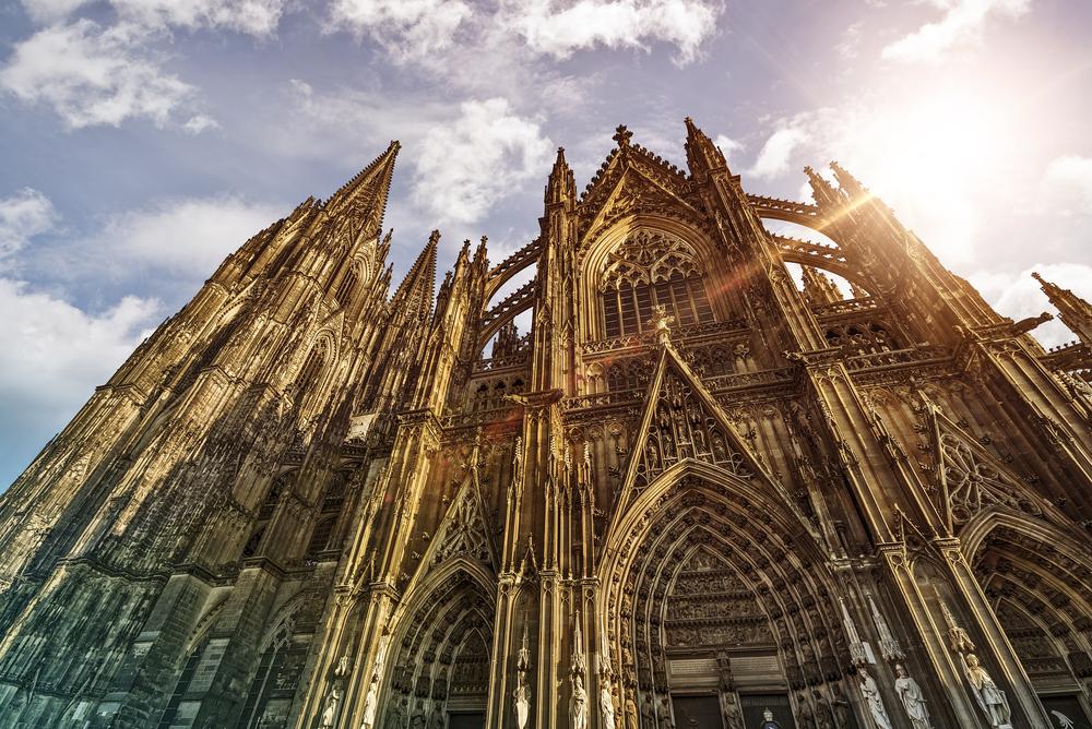 Colonia es una extraña combinación de religión y paganismo: un gran número de visitantes llega a la ciudad alemana queriendo conocer su catedral, pero son muchos más los que quieren vivir uno de los <strong>carnavales </strong>más importantes de Centroeuropa. La <strong>catedral de Colonia,</strong> comenzada en el siglo XIII y cuya construcción se alargó más de 600 años, fue declarada Patrimonio de la Humanidad por la Unesco en 1996, agregándose a la lista de Patrimonio Mundial en Peligro en 2004. Es la<u> catedral gótica más grande del norte de Europa</u> y, entre 1880 y 1884, fue el edificio más alto del mundo.