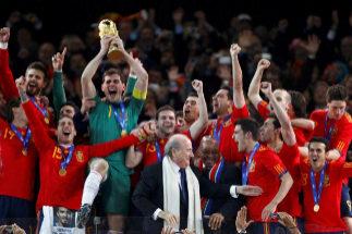 Casillas levanta la Copa del Mundo, en 2010 en Johannesburgo.