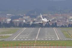 Un avión intenta aterrizar con dificultades por el viento en Loiu.