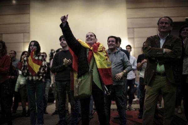 Una seguidora de Vox en su sede electoral en Valencia en las últimas elecciones autonómicas y generales.