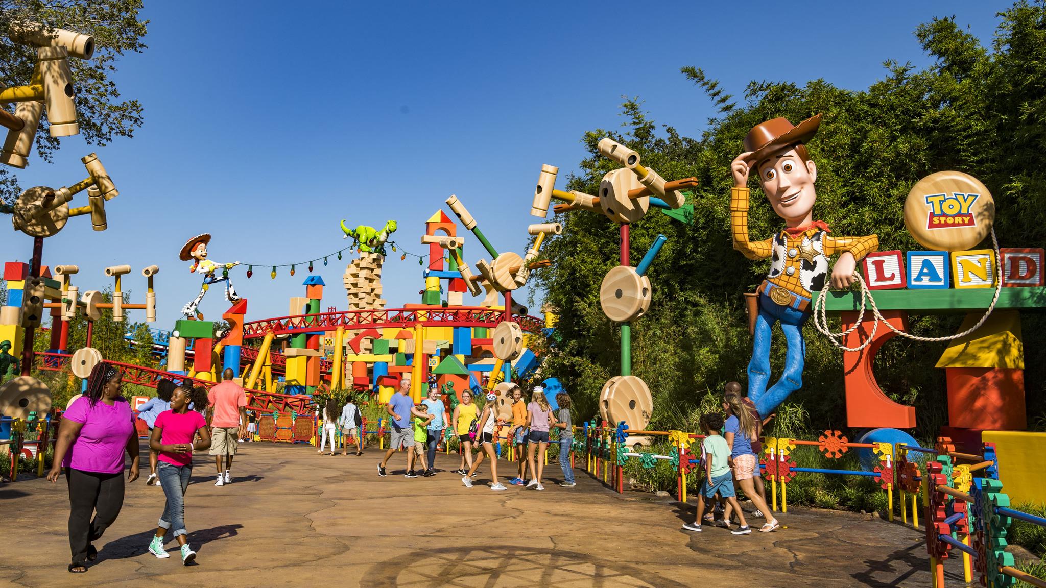 Con una extensión de <u>110 km2 </u>(dos veces el tamaño de Manhattan), el parque de ocio Disney en Orlando reúne <strong>seis parques temáticos</strong> (Magic Kingdom, Epcot, Hollywood Studios, Animal Kingdom y dos acuáticos: Blizzard Beach y  Typhoon Lagoon). Los cuatro primeros reúnen un centenar de atracciones, además de <em>shows </em>callejeros, espectáculos nocturnos... La atracción más visitada, desde que se inauguró en mayo de 2017, es <em>Flight of Avatar,</em> en Animal Kingdom.