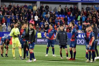 Los jugadores del Huesca, tras la derrota contra el Valencia.
