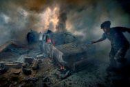 La imagen que ilustra el trabajo de García Vilanova pertenece al atentado en la ciudad libia de Sirte con dos coches-bomba que mataron a doce personas y dejaron sesenta heridos. Como recuerda en el libro, las estimaciones oficiales apuntaban a quinientos fallecidos y 87 coches-bomba suicidas en las semanas finales de la guerra.