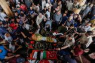 Varios palestinos se reúnen junto a los cadáveres de algunas de las víctimas de la nueva escalada de violencia, en Gaza.