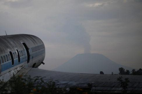 Un avión atrapado en roca volcánica, en el aeropuerto de Goma, frente al volcán Nyiragongo.