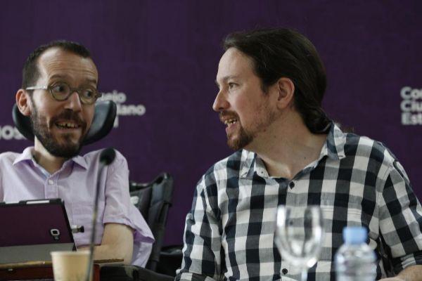 Pablo Iglesias, con Pablo Echenique este lunes en Madrid.