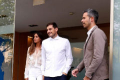 Casillas y Carbonero, a su salida del Hospital CUF.