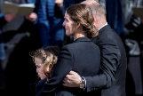 Anders Holch Povlsen abraza a su esposa, Anne. Con ellos, su hija Astrid, superviviente de los atentados.