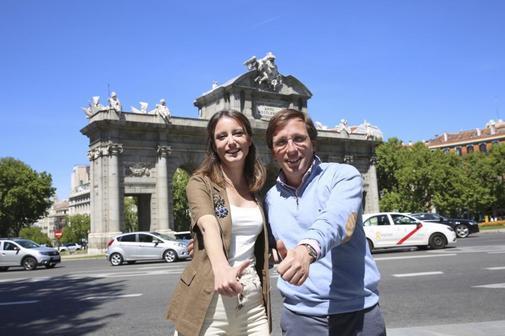 José Luis Martínez-Almeida, y Andrea Levy en la puerta de Alcalá