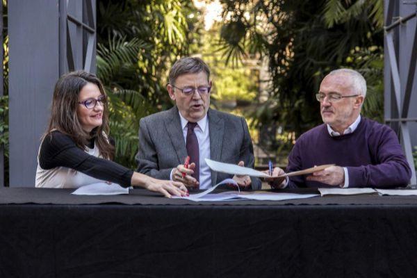 Mónica Oltra, Ximo Puig y Antonio Montiel, durante la firma del Acuerdo del Botánico.
