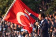 ERD30. ESTAMBUL (TURQUÍA).- Fotografía de archivo tomada el 17 de abril de 2019 que muestra al nuevo alcalde de Estambul, el socialdemócrata Ekrem Imamoglu, del Partido Republicano del Pueblo, durante la celebración de su victoria sobre el <HIT>AKP</HIT> en los comicios electorales locales del 31 de marzo. La Comisión Electoral de Turquía (YSK) ordenó este lunes la repetición de las elecciones municipales en Estambul, admitiendo así una demanda del islamista <HIT>AKP</HIT>, el partido del presidente turco Recep Tayyip Erdogan, según medios.