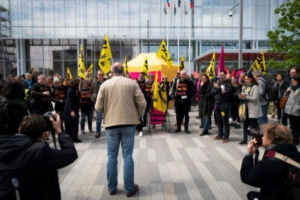 Representantes sindicales protestan frente al tribunal que juzga a France Telecom por abuso psicológico.