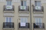 Vista de carteles de Más Madrid en balcones de la capital.