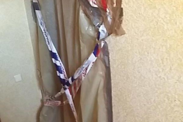 La puerta de la casa de Santiago precintadap or la Policía Municipal.