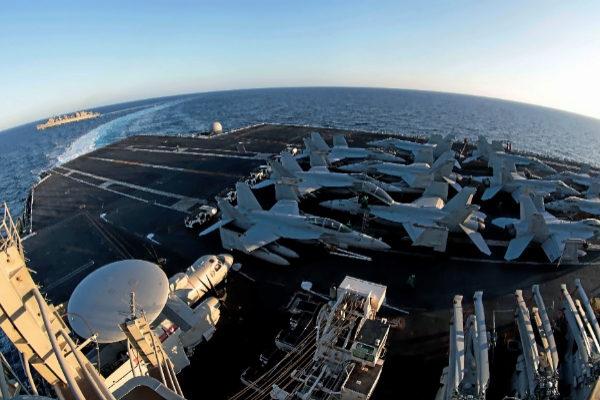 Imagen desde la cubierta del portaaviones nuclear Abraham Lincoln, de patrulla en el golfo Pérsico.
