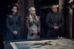 Missandei (Nathalie Emmanuel), Daenerys (Emilia Clarke) y Varys (Conleth Hill), tres de los protagonistas de las grandes sorpresas del capítulo 4 de la temporada final de Juego de Tronos