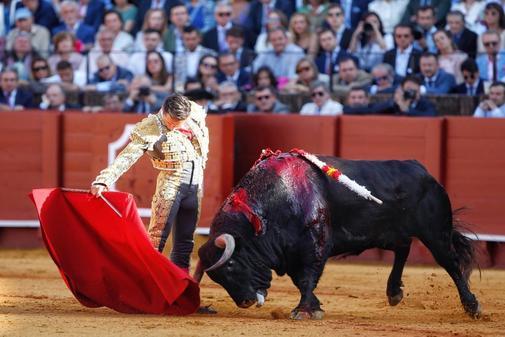 Sublime derechazo de Diego Urdiales a su primer toro de Juan Pedro Domecq este lunes en la Maestranza.