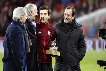 Susaeta, homenajeado por sus 500 partidos con el Athletic este invierno, en presencia de (i-d) Txetxu Rojo, Iribar y Etxebarria,