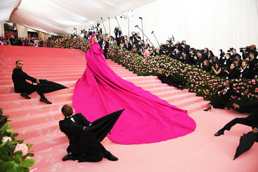 Acompañada de un grupo de bailarines, Lady Gaga ha...