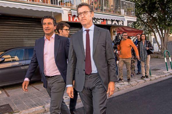 El presidente de Galicia, Alberto Nuñez Feijóo, ayer, visitando junto a Biel Company la Casa Gallega de Can Pastilla.