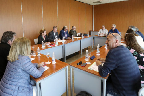 Representantes de las patronales turísticas y los sindicatos, en la convocatoria de la mesa negociadora.